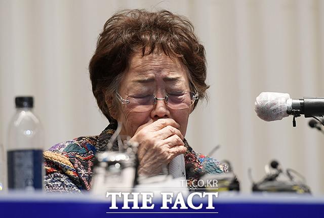 25일 정의기억연대 기부금 의혹을 폭로한 일본군 위안부 피해자 이용수 할머니가 대구 인터불고 호텔에서 윤미향 당선인과 관련한 발언 중 울먹이는 모습. /임영무 기자