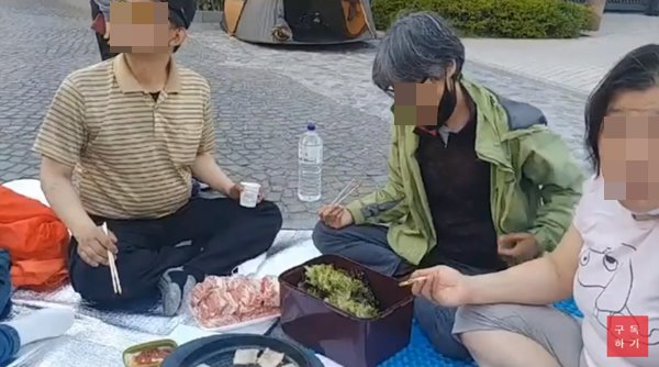 김용희 삼성 해고노동자 고공농성 공동대책위원회는 최근 유튜브 연대TV 계정을 통해 삼겹살 폭식 투쟁이라는 동영상을 게재했다 논란이 불거지자 해당 영상을 삭제했다. /연대TV 유튜브 갈무리