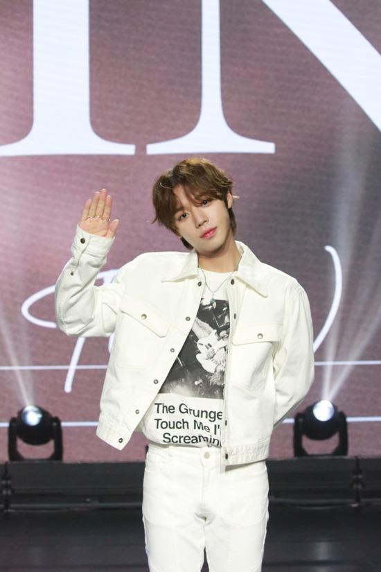 가수 박지훈이 26일 오후 2시 세 번째 미니앨범 The W 발표 쇼케이스를 개최했다. 코로나19 확산 방지를 위해 온라인으로 진행됐다. /마루기획 제공