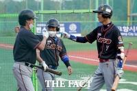 [TF사진관] 연예인 야구대회, 선취점 기쁨 나누는 '라바'