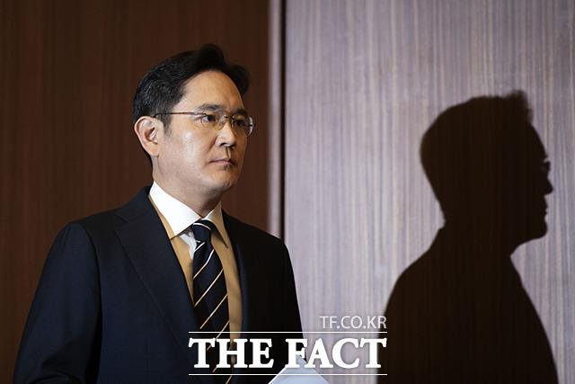 삼성 경영권 불법승계 의혹으로 검찰에 출석한 이재용 삼성전자 부회장이 27일 오전 17시간의 조사를 받고 귀가했다. /이동률 기자