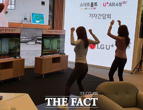 LG유플러스 모델이 지난해 10월 15일 서울 용산 사옥에서 스마트홈트를 활용해 운동하고 있다. /더팩트 DB