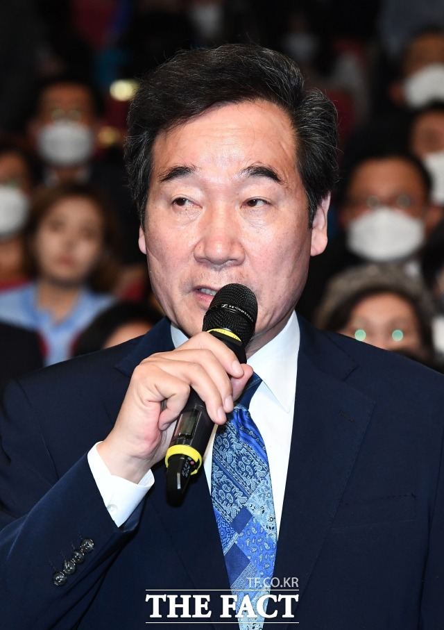 사진은 지난 15일 제21대 국회의원 선거 개표상황실에서 출구조사 결과 발표를 시청한 뒤 발언하는 이 위원장. /배정한 기자