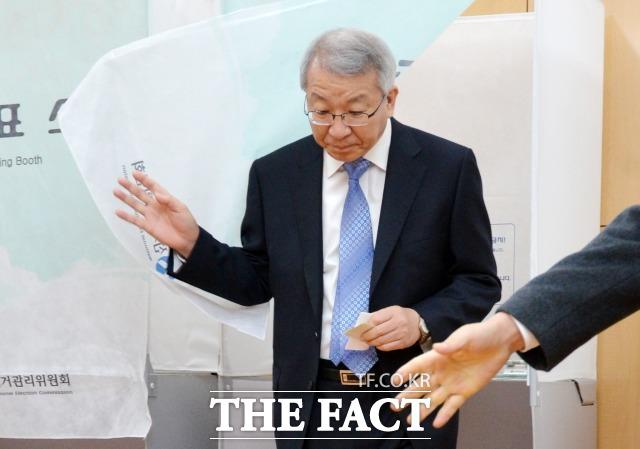 양승태 당시 대법원장이 2012년 제18대 대통령 선거 당시 투표장을 찾은 모습. /더팩트DB