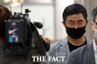 [TF포토] '웅동학원 비리 의혹' 법원 떠나는 조국 동생