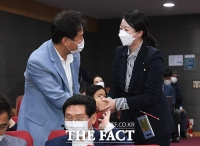 [TF포토] 악수하는 오세훈과 배현진