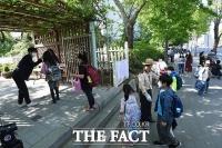 [TF포토] '사회적 거리두기' 유지하며 등교하는 초등학생들
