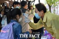 [TF포토] 등교하는 초등학생 발열체크 하는 조희연 교육감