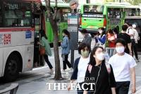 [TF사진관] '버스 및 대중 교통 탈 땐 마스크 필수!'