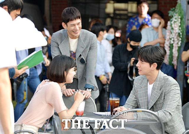 배우 한지은과 박기웅, 박해진(왼쪽부터)이 28일 오후 서울 성동구 성수동의 한 카페에서 MBC 드라마 꼰대인턴 촬영 리허설을 하고 있다. /이덕인 기자
