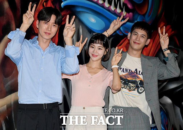 배우 박해진과 한지은, 박기웅(왼쪽부터)이 28일 오후 서울 성동구 성수동의 한 카페에서 열린 MBC 드라마 꼰대인턴 기자간담회에 참석해 포즈를 취하고 있다./ 이덕인 기자