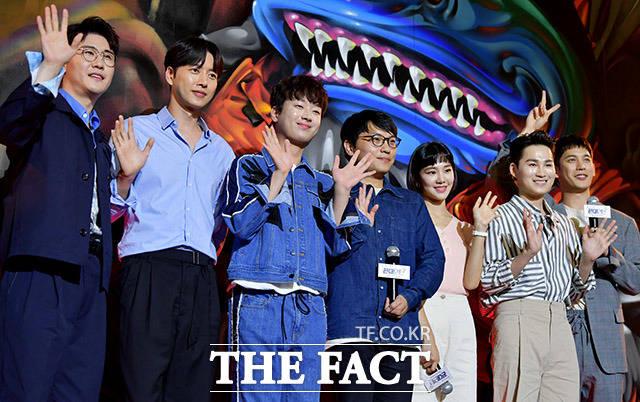 취재진에게 인사하는 영탁과 박해진, 이찬원, 남성우 PD, 한지은, 김희재, 박기웅(왼쪽부터).