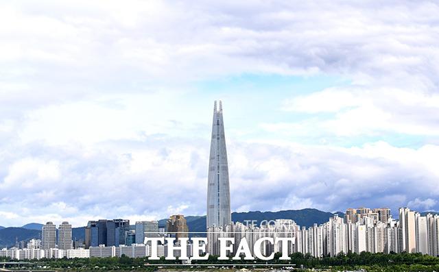 서울 광진구 청담대교 위에서 바라본 도심이 쾌청한 모습을 보이고 있다./남용희 기자