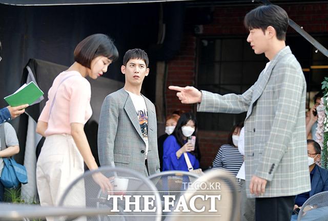 리허설도 열심히 연기하는 배우들.