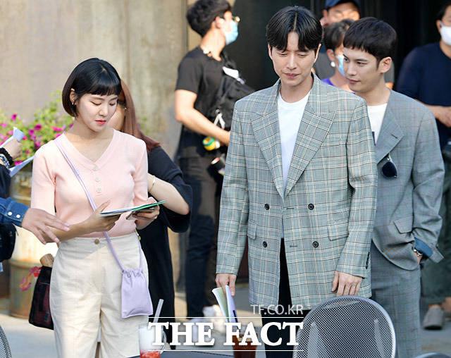 리허설 준비하는 한지은과 박해진, 박기웅(왼쪽부터).