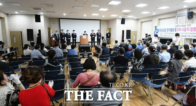28일 오후 진행된 서울 서초구 신반포 21차 재건축 시공사 선정 총회 모습. 이날 시공사로 선정된 포스코건설의 관계자들이 조합원들에게 감사 인사를 하고 있다.  /이동률 기자