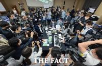 [TF포토] 사전투표 및 개표 공개시연하는 선관위 관계자들