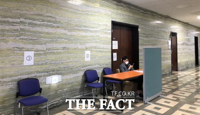 박광온 민주당 의원은 지난 19대, 20대 국회에 제출됐던 사회적가치법을 준비했다. 21대 국회에선 의원실 보좌진이 대기할 수 있도록 번호표에 따라 의자가 배치됐다. /문혜현 기자