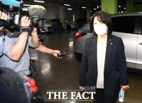 [TF사진관] 국회 들어서는 윤미향