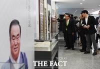 [TF포토] 소장품 설명하는 문희상 국회의장