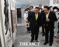 [TF포토] 소장품 둘러보는 문희상 국회의장