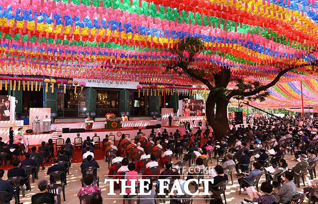 30일 오전 서울 종로구 조계사에서 열린 코로나19 극복과 치유를 위한 기도 회향, 부처님오신날 법요식이 거행되고 있다. /이동률 기자