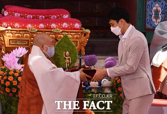 농구선수 허웅(오른쪽)이 아버지 허재를 대신해 원행스님에게 불교대상을 수상하고 있다.