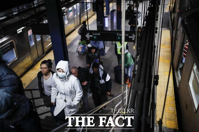 전 세계 코로나19 누적 확진자 수가 618만 명에 달하는 것으로 집계됐다. 미국의 경우 누적 확진자가 181만 명을 넘어섰다. 사진은 미국 뉴욕의 한 지하철 역. /AP.뉴시스