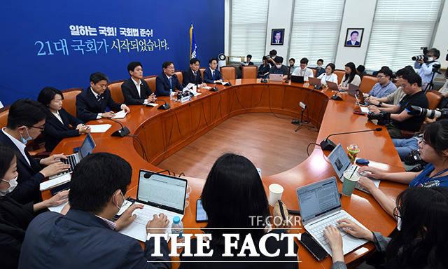 김태년 민주당 원내대표가 31일 오후 국회에서 기자간담회를 갖고 있다. /임영무 기자