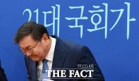 [TF포토] 인사하는 김태년 더불어민주당 원내대표