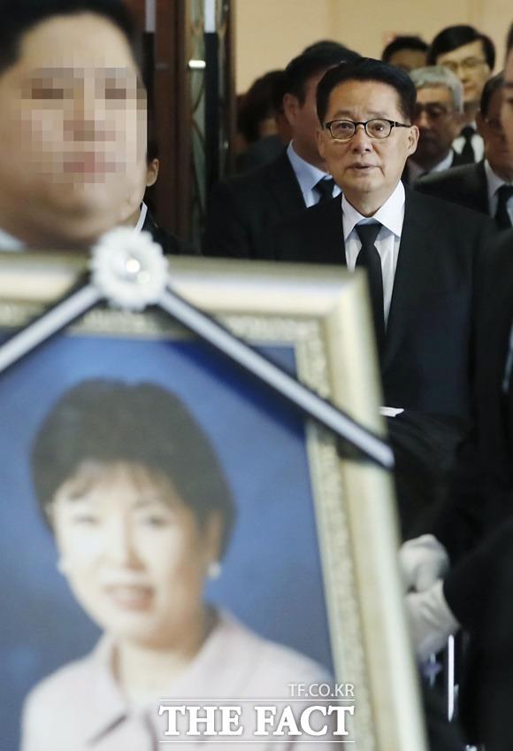 지난 2018년 10월 17일 세브란스병원 장례식장에서 고 이선자 씨의 발인식에서 고인을 배웅하는 남편 박 전 의원의 모습. /뉴시스