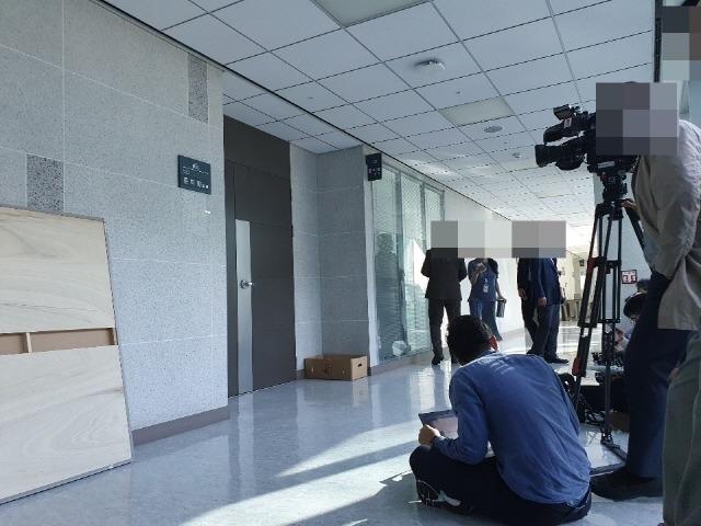 야당은 윤 의원의 자진 사퇴 등 공세를 이어갔다. 윤 의원실 앞에서 대기하고 있는 취재진. /국회=박숙현 기자