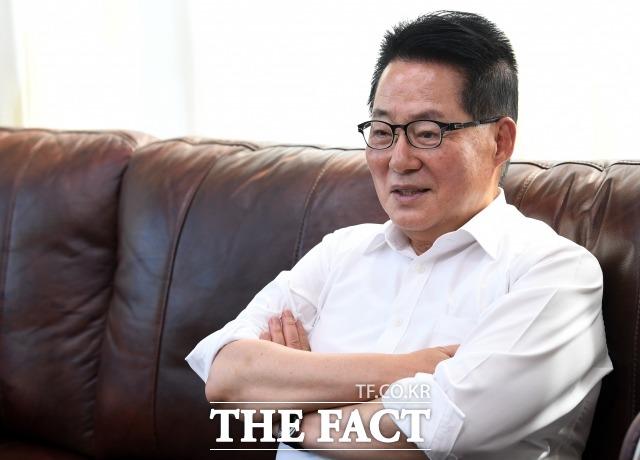 박 전 의원은 김종인 통합당 비대위원장에 대해 진보와 보수를 넘나들며 간결한 메시지로 영향력을 발휘하는 데 천재적인 재능이 있다고 평가했다. 김 비대위원장과의 인연을 이야기하는 박 전 의원. /남용희 기자