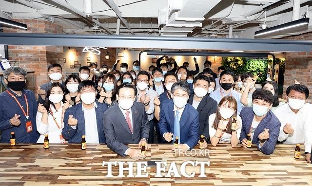 제주항공은 신임 대표이사로 김이배 부사장(앞줄 왼쪽에서 네 번째)이 취임했다고 1일 밝혔다. /제주항공 제공