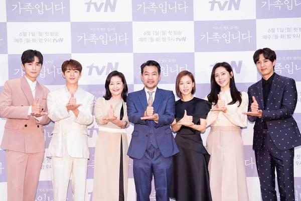 신동욱, 신재하 원미경, 장진영, 한예리, 추자현, 김지석(왼쪽부터)이 출연하는 드라마 아는 건 별로 없지만 가족입니다는 가족 사이 오해와 비밀에 대해 풀어가는 드라마로 오는 6월 1일 첫 방송된다. 사진은 지난달 27일 열린 제작발표회 당시 모습. /tvN 제공