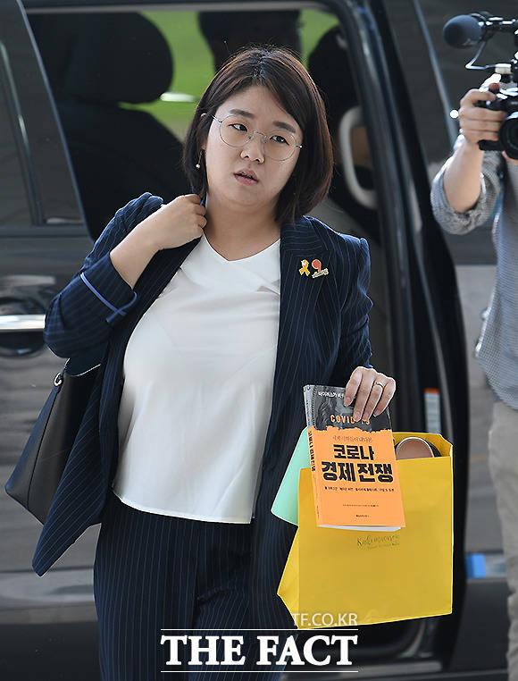 21대 국회의 본격적인 임기 시작일인 1일 용혜인 기본소득당 의원이 국회 의원회관에 출근하고 있다.