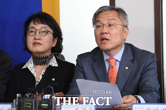 열린민주당 최고위원회의에 참석해 모두발언하는 최강욱 대표(오른쪽)과 김진애 원내대표