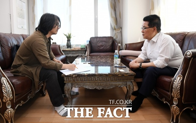 박 전 의원은 차기 대선후보 지지도 1위를 달리는 이낙연 전 국무총리에 대해 많은 도전을 받으면서도 현재의 민심을 가져가느냐가 중요하다. 본인이 잘해야 한다고 충고했다. 더팩트 기자와 차기 대선후보에 대해 이야기 나누는 박 전 의원. /남용희 기자