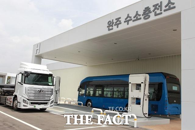 현대차는 3일 전북 완주군 현대차 전주공장에서 국내 최초 상용차 수소충전소 개소식을 진행했다고 밝혔다. /더팩트 DB