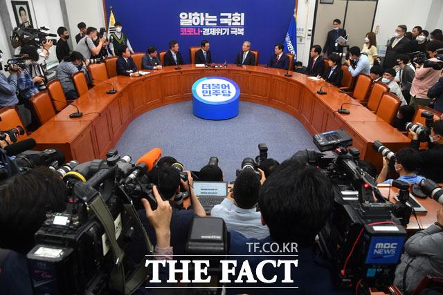 긴 악연인 김 위원장과 이 대표의 만남에 취재 열기는 뜨거웠다. /남윤호 기자