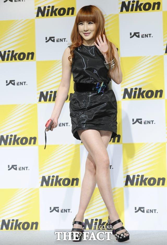 블랙 원피스로 멋낸 박봄 2011년 니콘-YG 엔터테인먼트 업무협약식.