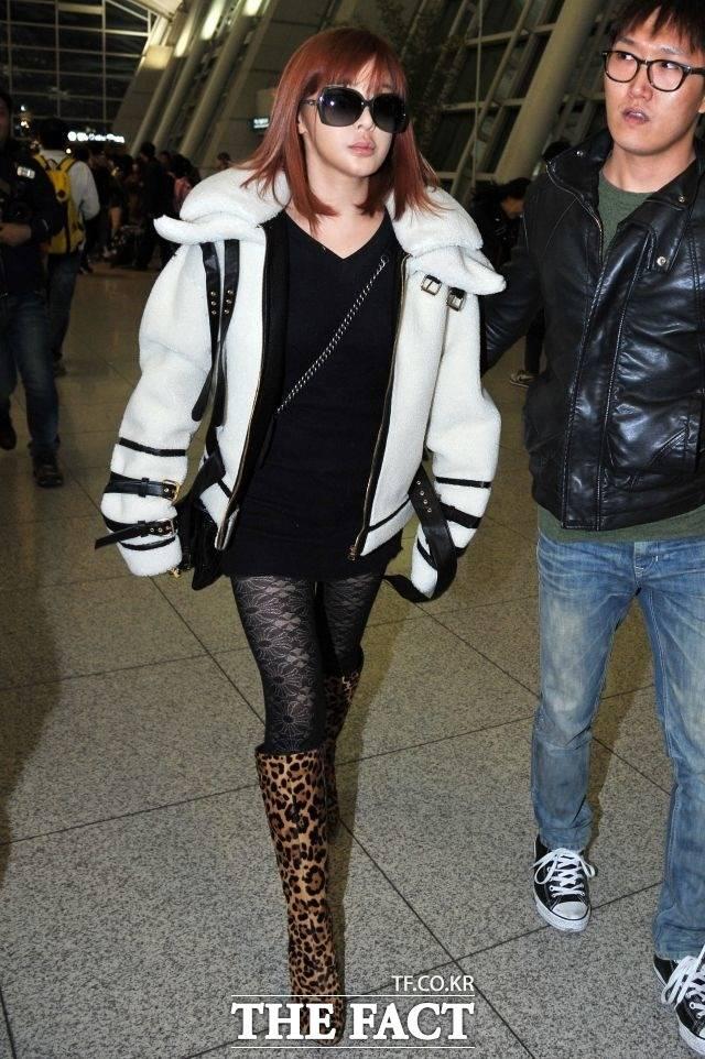 카리스마 넘치게 2012년 11월 9일, 2012 슈퍼 콘서트 인 아메리카를 위해 인천국제공항을 통해 출국하는 박봄.