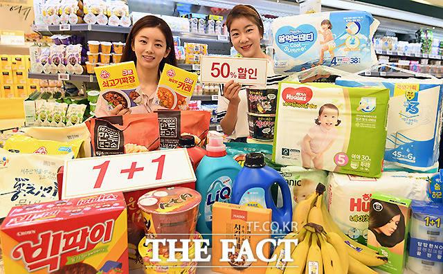이마트가 오는 주말 장바구니 핵심상품 특가 행사를 앞둔 가운데, 4일 오전 서울 이마트 용산점에서 모델들이 행사 제품을 선보이고 있다. /이새롬 기자