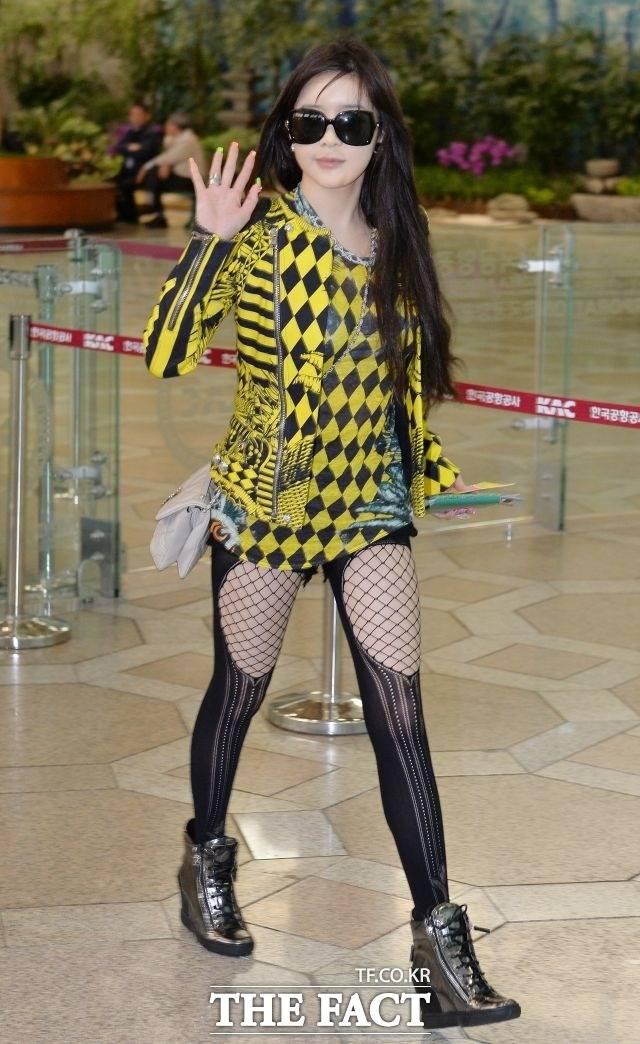 스타킹이 포인트 2013년 5월 10일 박봄이 행사를 위해 김포국제공항을 통해 출국하고 있다.