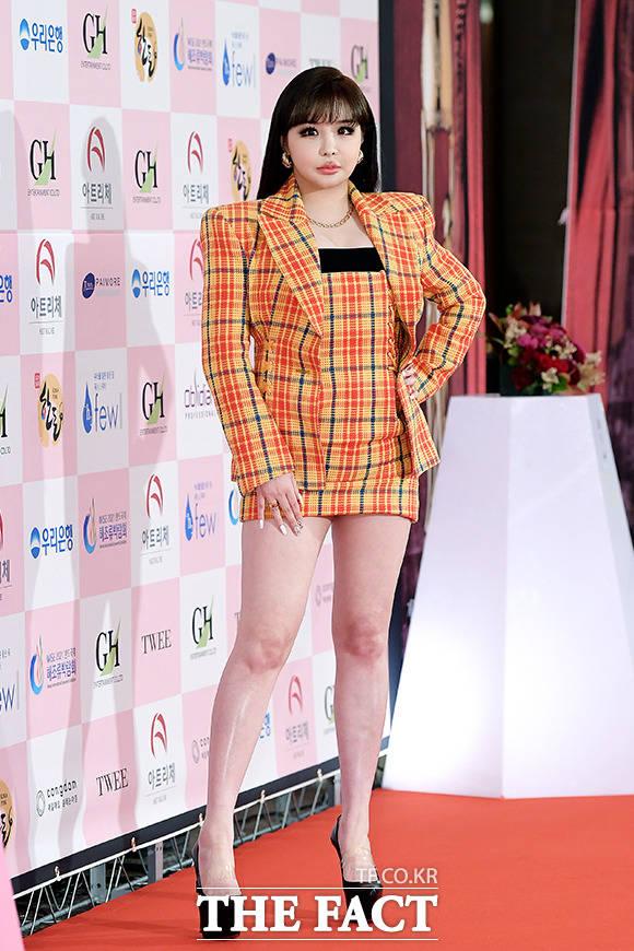 몰라지게 달리진 박봄 가수 박봄이 6월 3일 오전 서울 광진구 그랜드 워커힐 서울 호텔에서 열린 제56회 대종상 영화제에 참석해 레드카펫을 밟고 있다.