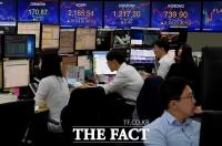 [TF사진관] 코스피 2% 가까이 상승 출발, '집중하는 딜러들'