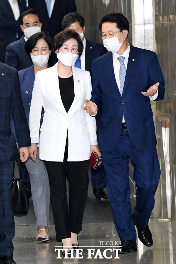 최초 여성 국회 부의장 앞두고 있는 김상희 의원과 대화하고 있는 조정식 의원