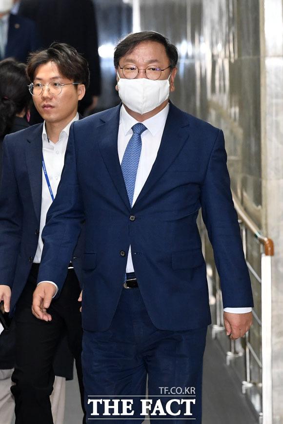 의원총회 참석하는 김태년 원내대표