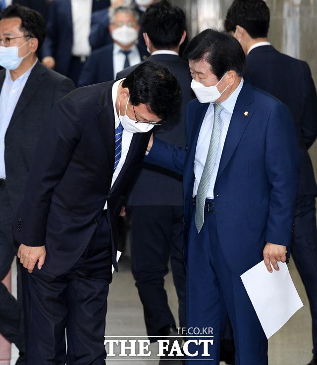 의원총회 앞두고 대화하는 박광온-박병석