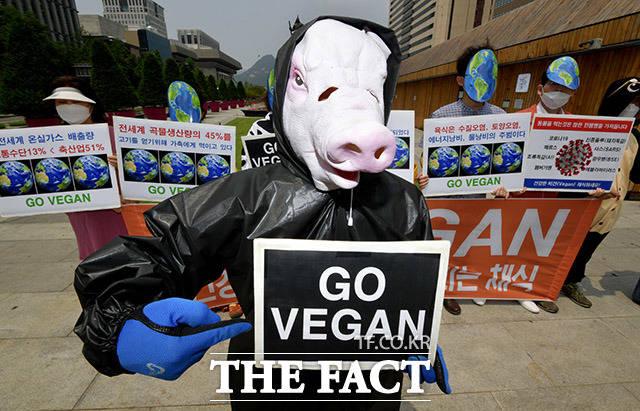 비건(Vegan)을 지향하는 모든 사람들(비지모)이 세계 환경의 날인 5일 오후 서울 종로구 광화문광장에서 가면을 쓰고 비건 채식을 촉구하는 기자회견을 열고 있다. /이덕인 기자